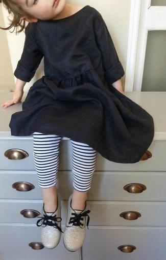 Cómo combinar: vestido de algodón negro, leggings de rayas horizontales en blanco y negro, zapatos oxford dorados