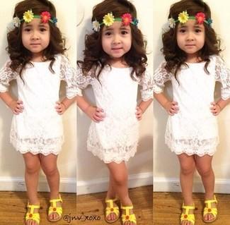 Cómo combinar: vestido de encaje blanco, sandalias amarillas