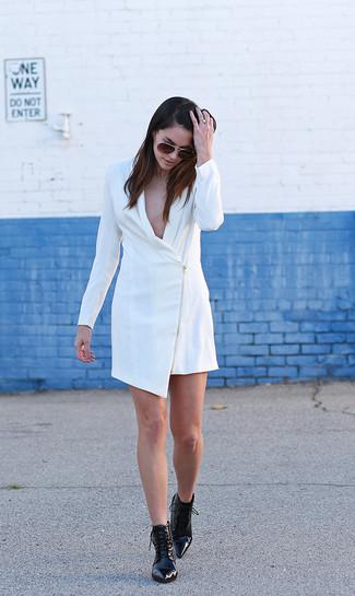 Cómo combinar: vestido de esmoquin blanco, botines con cordones de cuero negros, gafas de sol en marrón oscuro