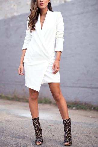 Cómo combinar: vestido de esmoquin blanco, botines de cuero en negro y dorado