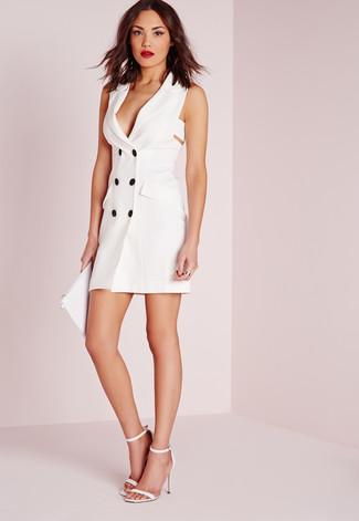 Cómo combinar: vestido de esmoquin blanco, sandalias de tacón de cuero blancas, cartera sobre de cuero blanca