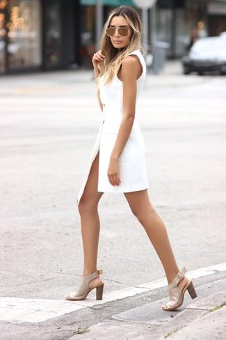 Cómo combinar: vestido de esmoquin blanco, sandalias de tacón de cuero en beige, gafas de sol doradas