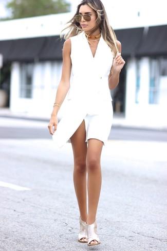 Cómo combinar: vestido de esmoquin blanco, sandalias de tacón de cuero plateadas, collar dorado