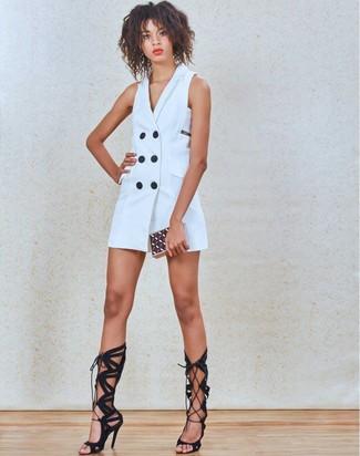 Cómo combinar: vestido de esmoquin blanco, sandalias romanas altas de ante negras