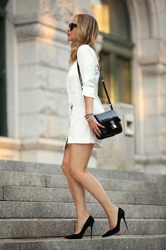 Cómo combinar: vestido de esmoquin blanco, zapatos de tacón de ante negros, bolso bandolera de cuero negro