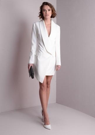 Cómo combinar: vestido de esmoquin blanco, zapatos de tacón de cuero blancos, cartera sobre de cuero negra