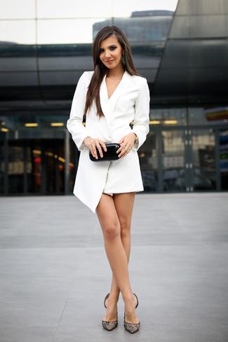 Cómo combinar: vestido de esmoquin blanco, zapatos de tacón de encaje negros, cartera sobre de cuero negra