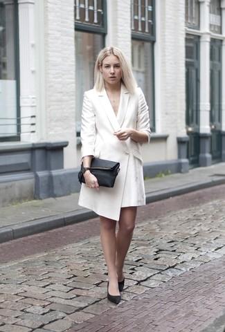 Cómo combinar: vestido de esmoquin blanco, zapatos de tacón de cuero negros, cartera sobre de cuero negra, reloj de cuero negro