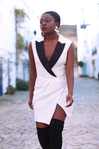Cómo combinar: vestido de esmoquin en blanco y negro, botas sobre la rodilla de ante negras, pendientes dorados