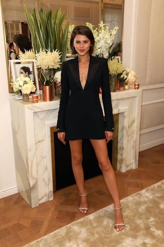 Cómo combinar: vestido de esmoquin negro, sandalias de tacón de cuero con adornos transparentes