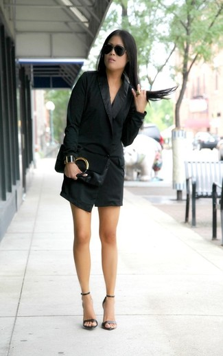 Cómo combinar: vestido de esmoquin negro, sandalias de tacón de cuero negras, cartera sobre de cuero negra, gafas de sol negras