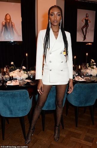 Cómo combinar: vestido de esmoquin blanco, sandalias de tacón de goma transparentes, pendientes plateados, medias con adornos negras