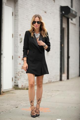 Cómo combinar: vestido de esmoquin negro, zapatos de tacón de cuero negros, gafas de sol negras, collar plateado
