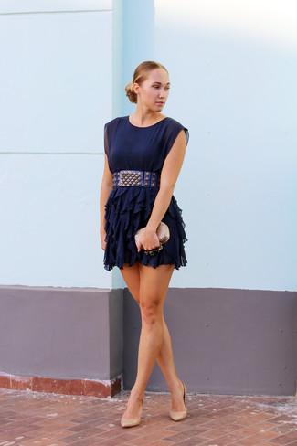 Combinacion de vestido azul oscuro con zapatos