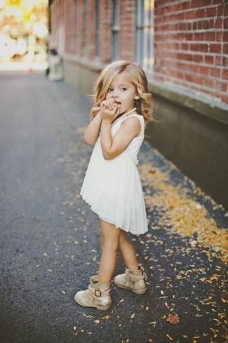 Cómo combinar: vestido de gasa blanco, botas doradas