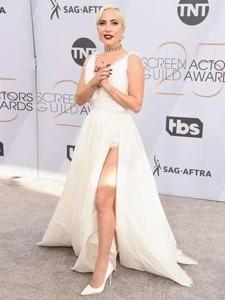 Cómo combinar: vestido de noche blanco, zapatos de tacón de cuero blancos, gargantilla dorada, pulsera dorada