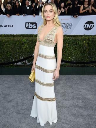 Cómo combinar: vestido de noche bordado blanco, cartera sobre de cuero dorada, pendientes dorados