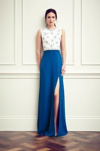 Combinar vestido azul y blanco con zapatos