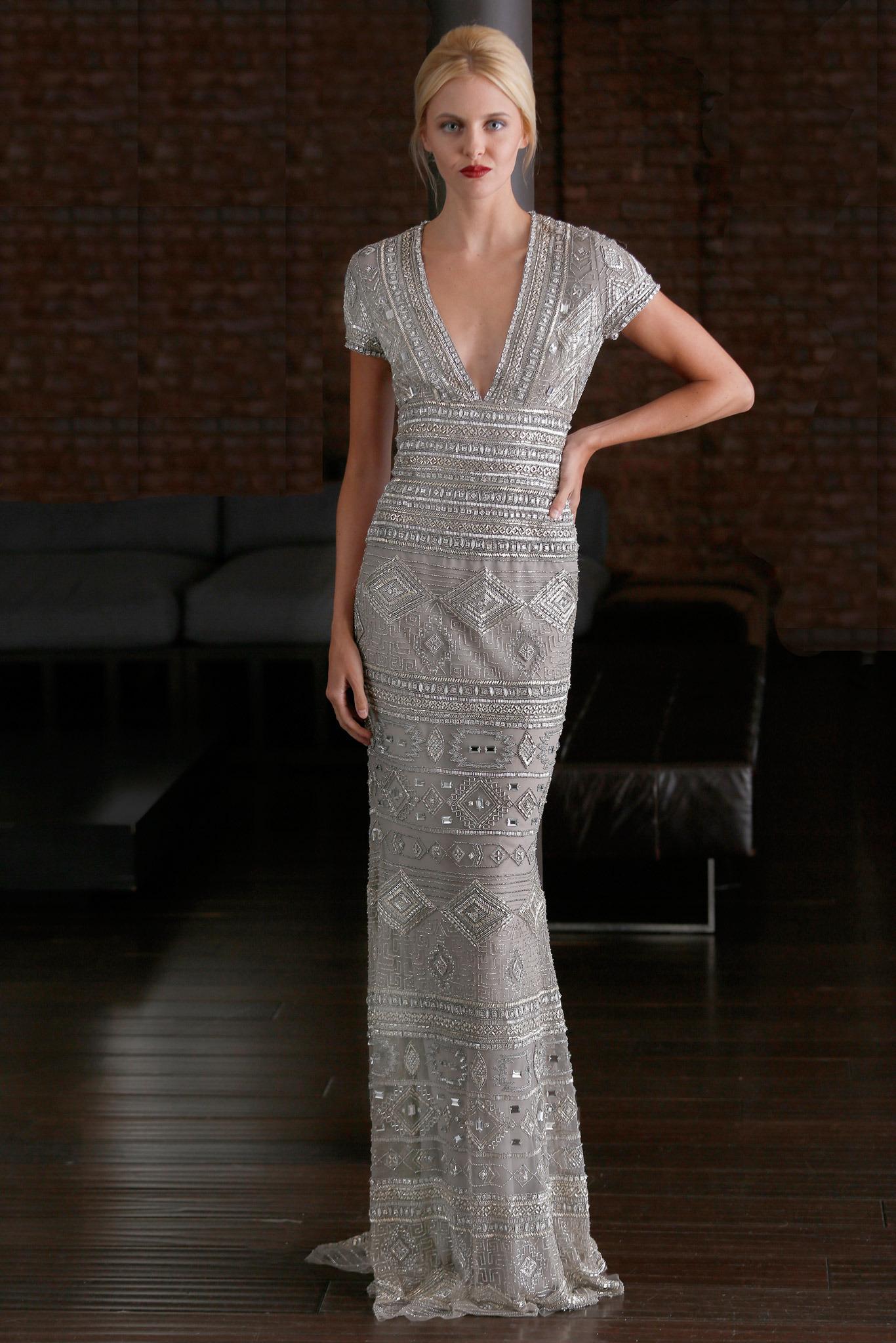 98be30b80 Look de moda  Vestido de noche con adornos gris