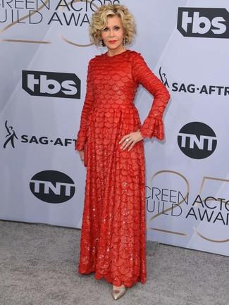 Cómo combinar: vestido de noche con adornos rojo, zapatos de tacón de cuero dorados, pendientes transparentes