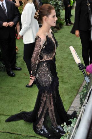Look de Kristen Stewart: Vestido de noche de encaje negro, Tenis en negro y blanco