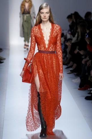 Cómo combinar: vestido de noche de encaje rojo, botas sobre la rodilla de cuero negras, cartera de cuero roja
