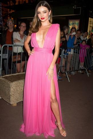 Cómo combinar: vestido de noche de gasa plisado rosa, sandalias de tacón de cuero en beige, pendientes transparentes