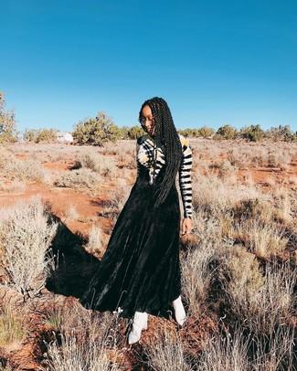 Cómo combinar: vestido de noche efecto teñido anudado negro, botines de cuero blancos