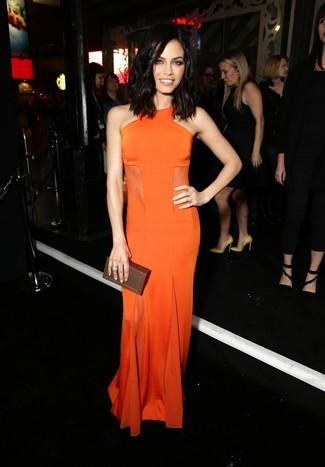 Cómo combinar: vestido de noche naranja, cartera sobre de cuero en marrón oscuro, anillo plateado