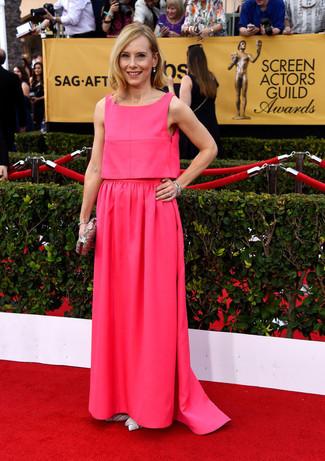 Cómo combinar: vestido de noche rosa, zapatos de tacón de cuero blancos, cartera sobre con adornos plateada