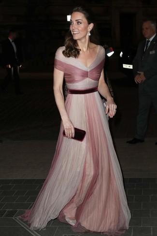 Cómo combinar: vestido de noche de tul rosado, zapatos de tacón de cuero plateados, cartera sobre de terciopelo burdeos, pendientes transparentes
