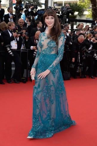 Cómo combinar: vestido de noche con adornos en verde azulado, zapatos de tacón de cuero plateados, cartera sobre plateada, pendientes plateados