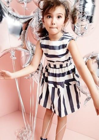 Cómo combinar: vestido de rayas horizontales en blanco y negro