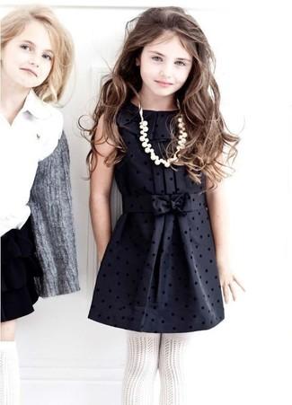 Cómo combinar: vestido de seda negro, medias blancas