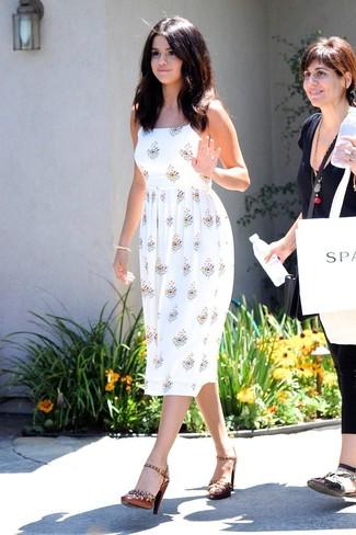 Cómo combinar: vestido de tirantes con print de flores blanco, sandalias de tacón de cuero con tachuelas marrónes