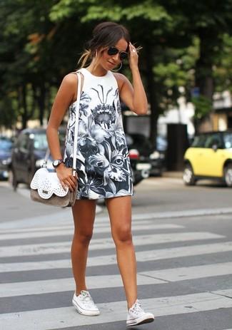 Cómo combinar: vestido de tirantes con print de flores blanco, tenis blancos, bolso bandolera de cuero blanco