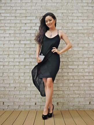 Cómo combinar: vestido de tirantes de seda negro, zapatos de tacón de cuero negros, cartera sobre con adornos plateada