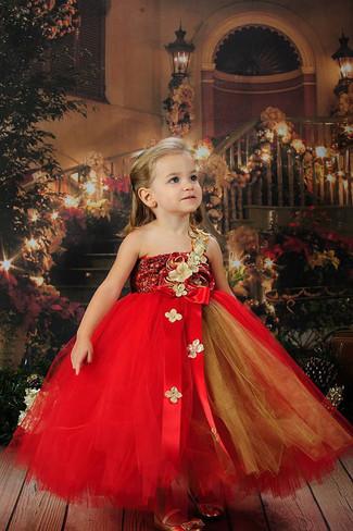 Cómo combinar: vestido de tul rojo, bailarinas doradas