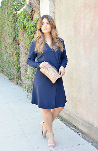 19cc17332 ... Look de moda  Vestido de vuelo azul marino