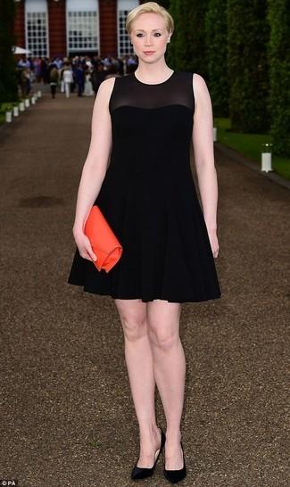 Cómo combinar: vestido de vuelo de malla negro, zapatos de tacón de ante negros, cartera sobre de cuero naranja