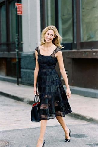 Cómo combinar: vestido de vuelo de malla a lunares negro, zapatos de tacón de cuero negros, bolsa tote de cuero negra