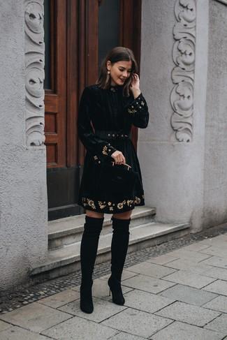 Cómo combinar: vestido de vuelo de terciopelo bordado negro, botas sobre la rodilla de ante negras, pendientes dorados