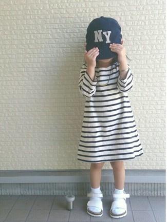 Cómo combinar: vestido de rayas horizontales en blanco y negro, sandalias blancas, gorra de béisbol azul marino, calcetines blancos