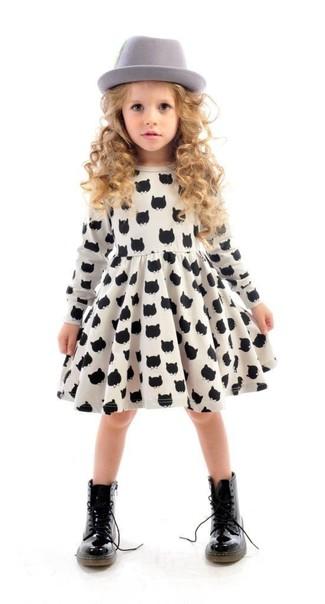 Cómo combinar: vestido estampado en blanco y negro, botas negras, sombrero gris