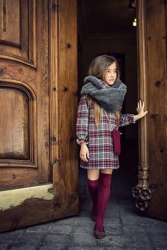 Cómo combinar: vestido de tartán gris, bailarinas en marrón oscuro, calcetines hasta la rodilla burdeos, bufanda de pelo gris