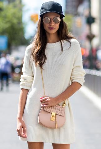 Cómo combinar: vestido jersey blanco, bolso bandolera de cuero en beige, gorra inglesa negra, gafas de sol doradas