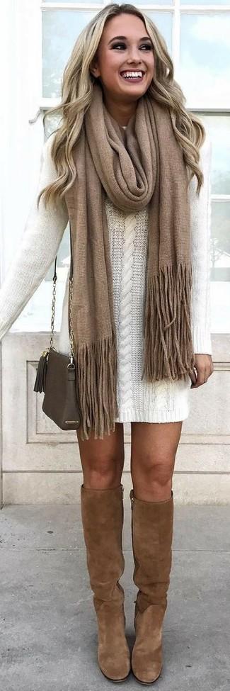 Cómo combinar: vestido jersey blanco, botas de caña alta de ante marrónes, bolso bandolera de cuero verde oliva, bufanda marrón
