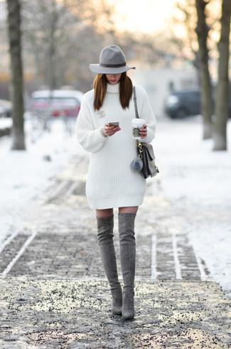 Cómo combinar: vestido jersey blanco, botas sobre la rodilla de ante grises, bolso de hombre de cuero gris, sombrero de lana gris
