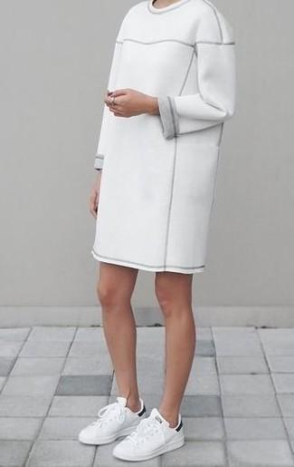 Cómo combinar: vestido jersey blanco, tenis de cuero en blanco y negro