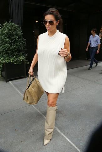 Cómo combinar: vestido jersey blanco, botas sobre la rodilla de cuero en beige, bolsa tote de ante marrón claro, gafas de sol en marrón oscuro
